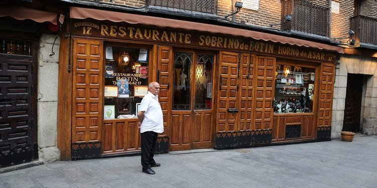 Man in front of oldest restaurant in the world - sobrino de botin