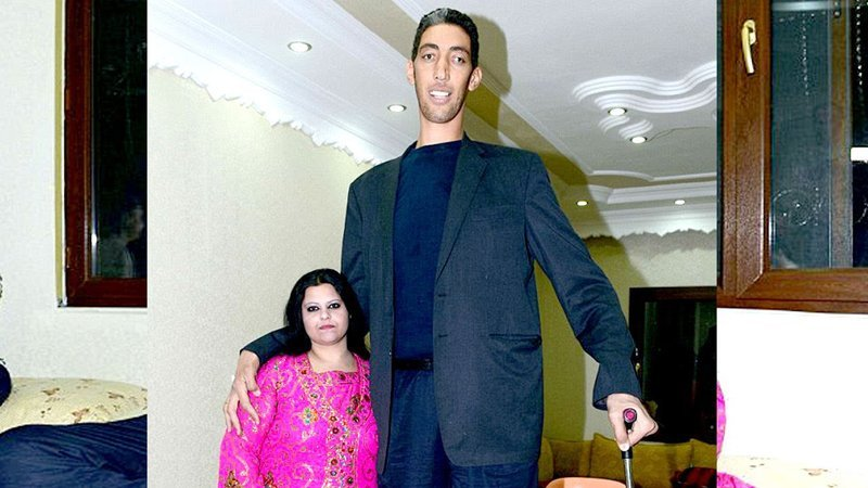Tallest-man-in-the-world - Sultan-Kosen-with wife